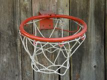 Der Basketballkorb, der zu einem Bretterzaun befestigt wird, verschalt stockfotos