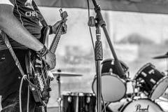 Der Bass-Mann zwischen den Trommeln lizenzfreie stockfotografie