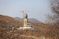 Der Bau des großen Buddhas auf dem Berg lizenzfreies stockbild