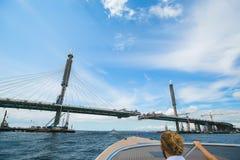 Der Bau einer Brücke über dem Fluss die Ansicht von lizenzfreies stockbild