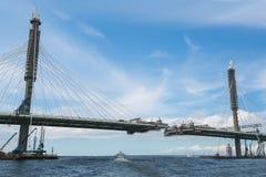 Der Bau einer Brücke über dem Fluss die Ansicht von lizenzfreie stockfotos
