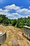 Der Bau einer Brücke über Fluss Psekups Lizenzfreie Stockfotos