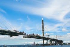 Der Bau einer Kabel-gebliebenen Straßenbrücke über dem Fluss stockbild