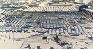 Der Bau einer modernen Fabrikluftansicht, ein großer Eisenbau, eine moderne Fabrikluftansicht, Bau von a stock footage