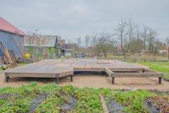 Der Bau eines Rahmenhauses, der raue Boden des Sperrholzes Lizenzfreies Stockbild