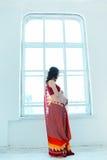 Der Bauch der schwangeren Frau mit Hennastrauchtätowierung stockfotos