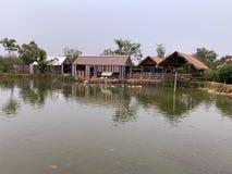 Der Bauernhof- und Teichhintergrund stockfoto