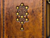 Der Baum des Lebens, Kabbalah-Symbol geprägt und mit den Messingstiften zu gealtertem braunem Leder verziert lizenzfreie stockfotografie