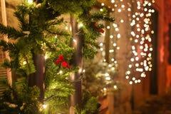 der Baum des neuen Jahres auf dem Stadtplatz wird mit schönen Bereichen und Girlanden verziert Lizenzfreie Stockfotos