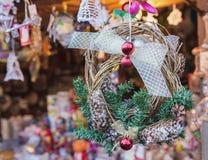 der Baum des neuen Jahres auf dem Stadtplatz wird mit schönen Bereichen und Girlanden verziert Stockbild