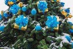 der Baum des neuen Jahres auf dem Stadtplatz wird mit schönen Bereichen und Girlanden verziert Stockfotos
