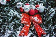 der Baum des neuen Jahres auf dem Stadtplatz wird mit schönen Bereichen und Girlanden verziert Stockfotografie