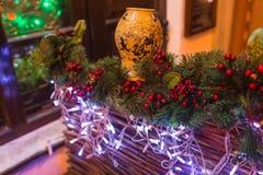 der Baum des neuen Jahres auf dem Stadtplatz wird mit schönen Bereichen und Girlanden verziert Lizenzfreie Stockfotografie