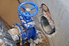 Der Bauprozess des Knotens, zum der kalten Wasserversorgung anzuschließen Stockfotografie
