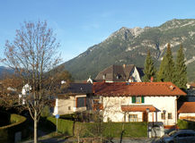 Der bayerische Alpen-Berg, wie von der Stadt von Garmisch-Partenkirchen gesehen Lizenzfreies Stockbild