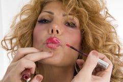 Der Beautician, der Lippe tut, bilden von der Frau Stockfotos