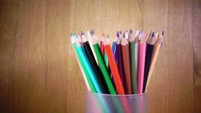 Der Becher mit hellen Bleistiftdrehungen Langsame Bewegung stock footage