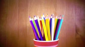 Der Becher mit hellen Bleistiftdrehungen Langsame Bewegung stock video