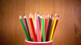 Der Becher mit hellen Bleistiftdrehungen Langsame Bewegung stock video footage