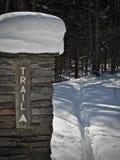 Der bedeckte Schnee, Ziegelstein-Wegweiser an der Schlucht fällt in die obere Halbinsel von Michigan Lizenzfreies Stockbild