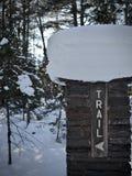 Der bedeckte Schnee, Ziegelstein-Wegweiser an der Schlucht fällt in die obere Halbinsel von Michigan Stockfotografie