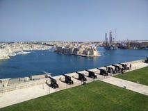 Der Begrüßungsbatterie-großartige Hafen Valletta lizenzfreie stockbilder