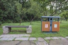 Der Behälter und ein Stuhl Lizenzfreies Stockbild
