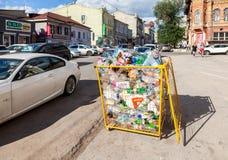 Der Behälter für das Sammeln von Plastikflaschen verschiedenen Getränken f Lizenzfreie Stockbilder