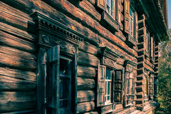 Der Beispielgewöhnliche alte russische Bauernhof Ansicht von und außerhalb Lizenzfreies Stockfoto