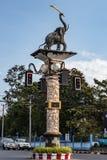 Der Beitrag an den Kreuzungen mit einer Skulptur eines Elefanten und der Ampel Lizenzfreie Stockfotografie