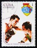 der Beitragsstempel, der in Kuba gedruckt wird, zeigt zwei boxende Kämpfer, circa 1977 Stockfotografie