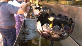 Der berühmt das Feuer in der silbernen Öllampe für Anbetung Buddha bei Wat Phra That Doi Suthep ist das meiste populäre und Platz stock video