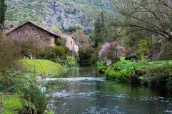 Der berühmte Garten von Ninfa im Frühjahr stockbilder
