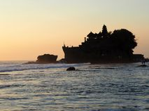 Der berühmte Tempel errichtet auf einem Felsen auf dem Meer-Tanah-Los bei Sonnenuntergang in Bal, Indonesien stockfotos