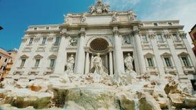 Der berühmte Trevi-Brunnen in Rom Populärer Platz unter Touristen aus der ganzen Welt Weitwinkelneigungsschuß stock video footage