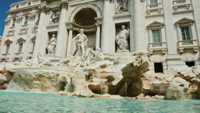 Der berühmte Trevi-Brunnen in Rom Populärer Platz unter Touristen aus der ganzen Welt Zeitlupeschuß stock footage