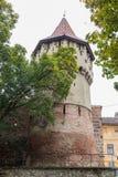 Der berühmte Turm der Tischler - Turnul Dulgherilor - auf der Cetatii-Straße an einem regnerischen Tag Sibiu-Stadt in Rumänien Lizenzfreies Stockbild