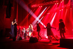 Der berühmte ukrainische Sänger Jamala tanzt mit den Kindern, die vorstellen ihr neues Album Podykh (Atem) Stockbilder