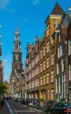 Der berühmte Westertoren gesehen vom Raamstraat im Jordaan in Amsterdam stockbild