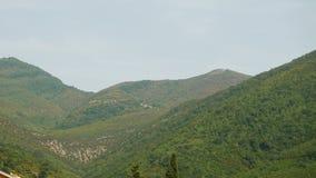 Der Berg und das Haus in Montenegro stock footage