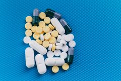 Der Berg von Pillen Krise, Beriberi Farbige Medikation auf einem blauen Hintergrund stockfoto