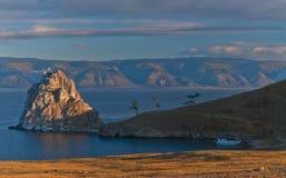Der Berg am Wasser Lizenzfreies Stockfoto