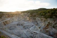 Der Bergbau des weißen Marmors auf die offene Art r Stockbild