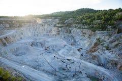 Der Bergbau des weißen Marmors auf eine offene Art Stockfotografie