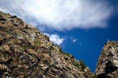 Der Berghang auf dem Hintergrundhimmel lizenzfreies stockbild