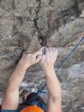 Der Bergsteiger klettert die Wand Stockfotografie