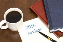 Der Bericht 2016 der Text auf dem Blatt Papier nahe bei einer Schale von Lizenzfreie Stockfotos
