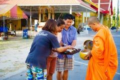 Der Bericht von der Straße, Ritual eines Geschenks des Lebensmittels für Mönch Stockbilder