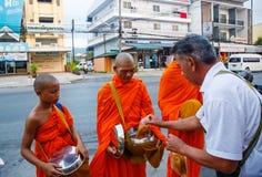 Der Bericht von der Straße, Ritual eines Geschenks des Lebensmittels für Mönch Stockfotografie