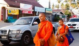 Der Bericht von der Straße, Ritual eines Geschenks des Lebensmittels für Mönch Lizenzfreie Stockfotos